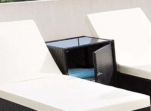 Bain de soleil avec une table de rangement