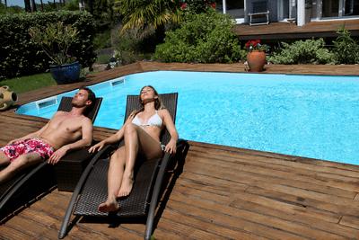 deux transats de piscine
