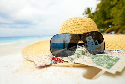 Un chapeau et des lunettes de soleil