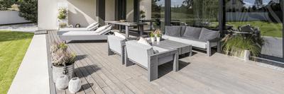 Bain de soleil sur une terrasse de jardin