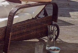 Bain de soleil avec roulettes et accoudoirs