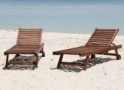 deux transats bois en teck sur la plage