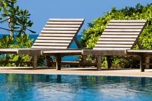 transats bois piscine