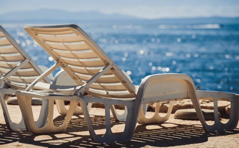 Bains de soleil en plastique sur la plage